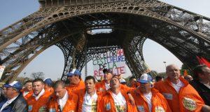 Les marcheurs sous la Tour Eiffel