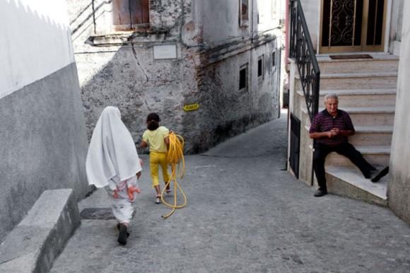 riace-italie-migrant-rue